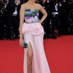 cannes film festivali bacak dekolteli abiye elbise